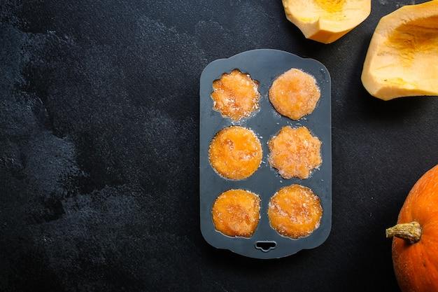 Gefrorenes orangenpüree kürbis- oder karottenzubereitung, silikonform, gemüsepüree püriert, fertiggerichte