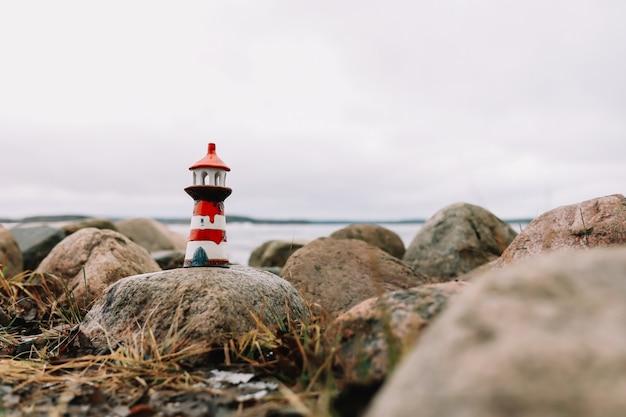 Gefrorenes wintermeer mit dekorativem leuchtturm. nautischer lebensstil. winter-, see-, reise-, abenteuer-, ferien- und urlaubskonzept. reisen sie im jahr 2021