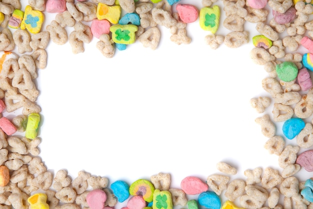 Gefrostetes geröstetes haferflocken mit lustigen marshmallows auf weißem hintergrund. leerzeichen für texte.