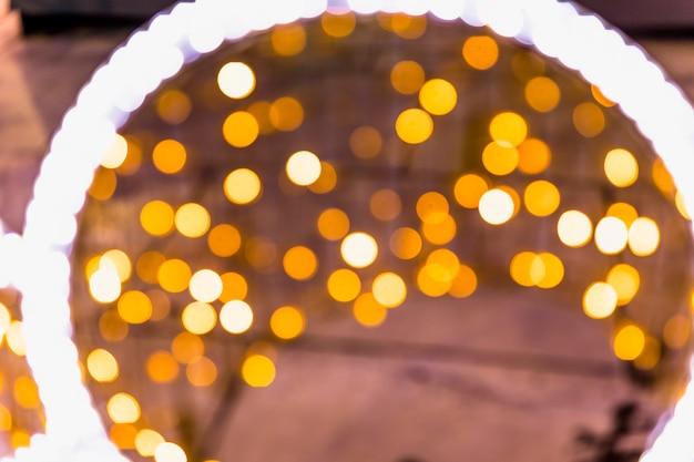 Geführtes kreisförmiges licht gegen gelben festlichen bokeh-hintergrund
