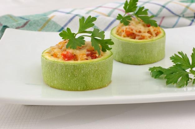 Gefüllt mit gemüse und reis, zucchini und käse