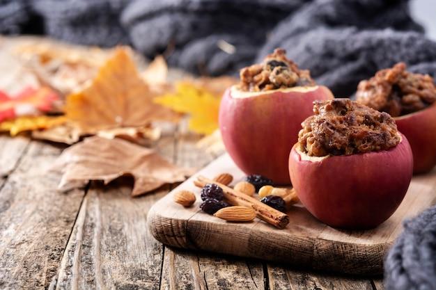 Gefüllte äpfel mit nüssen auf einem holztisch gebacken