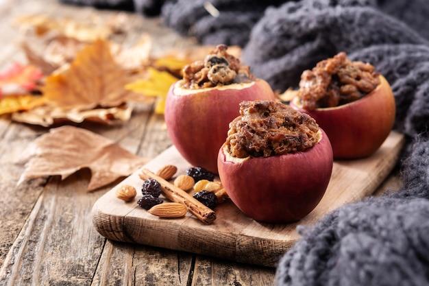 Gefüllte äpfel mit nüssen auf holztisch gebacken