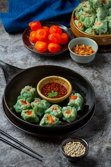 Gefüllte bohnen mit schweinefleisch und gesalzenen eiern asiatische küche.