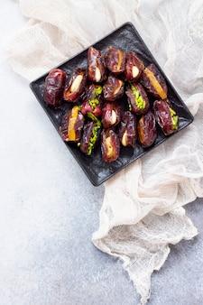 Gefüllte datteln mit nüssen und kandierten früchten