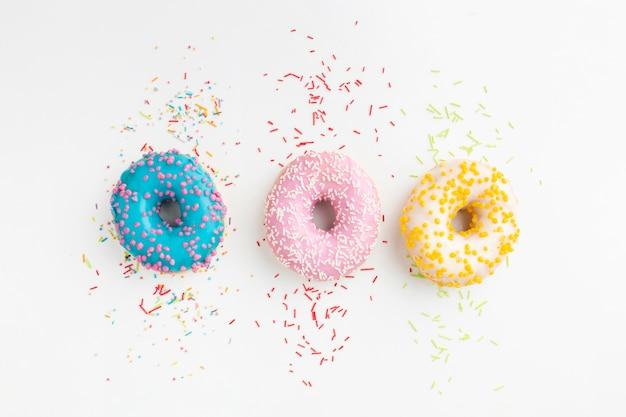 Gefüllte donuts mit streuseln flach legen