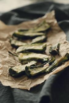 Gefüllte gebratene paprika. traditionelle spanische tapas