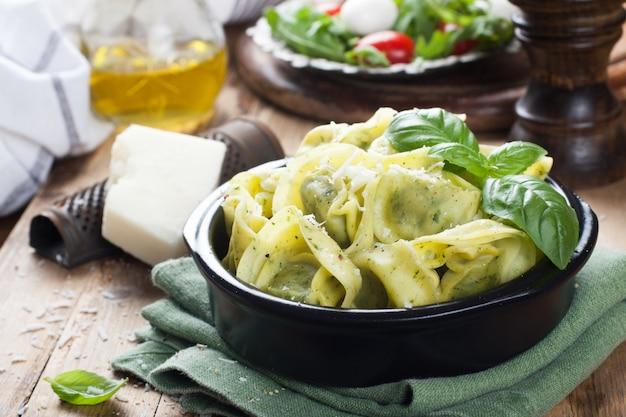 Gefüllte italienische tortellini-nudeln