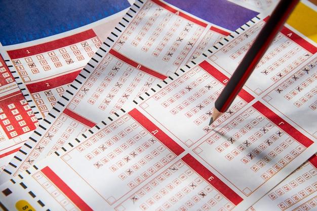 Gefüllte lottoscheine und bleistift, nahaufnahmen, lotto oder bingo haben die chance, den jackpot zu gewinnen