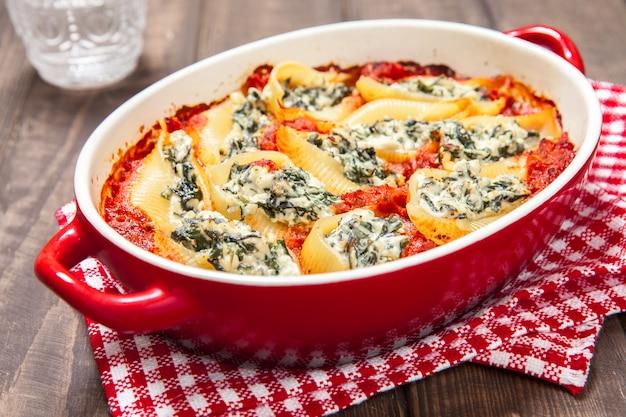 Gefüllte nudelschalen mit spinat-ricotta