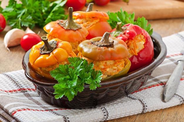 Gefüllte paprika hähnchen mit möhren mit tomatensauce