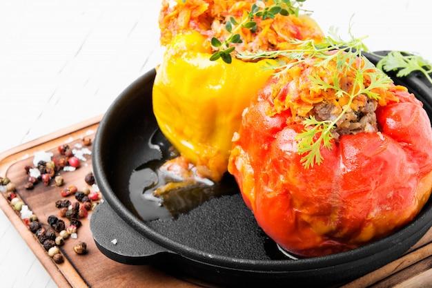 Gefüllte paprika mit fleisch