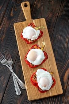 Gefüllte paprika mit hackfleisch und pochierten eiern