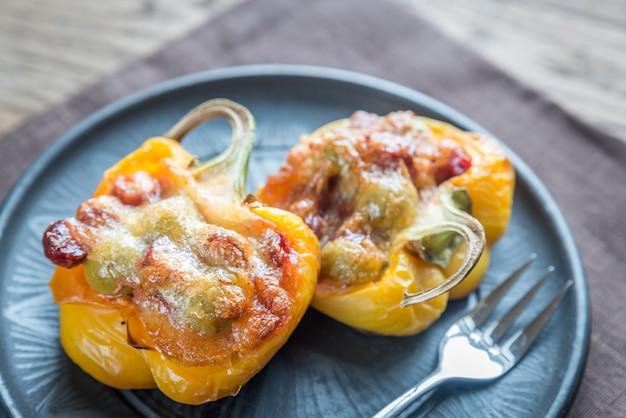 Gefüllte paprika mit würstchen und mozzarella-belag