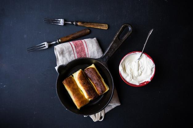 Gefüllte pfannkuchen-crepes mit fleisch