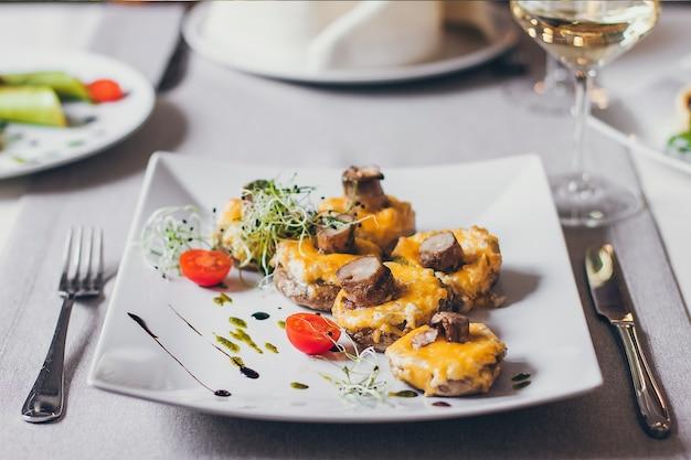 Gefüllte pilze mit käse gefüllt
