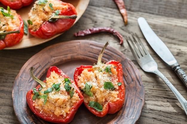 Gefüllte rote paprika mit weißem reis und käse