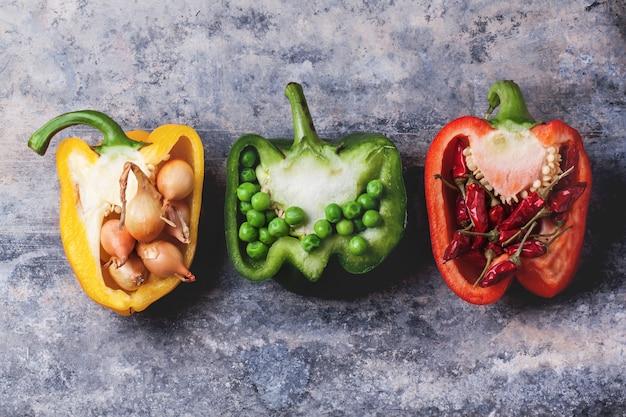 Gefüllte rote und gelbe paprika