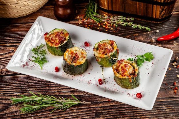 Gefüllte zucchini mit lammhackfleisch, suluguni.