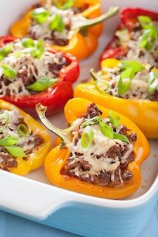 Gefüllter paprika mit fleisch und gemüse
