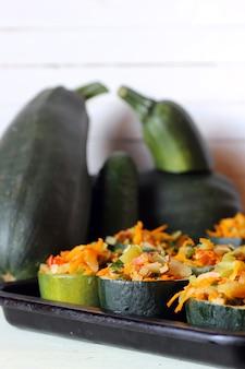 Gefülltes zucchini-gericht