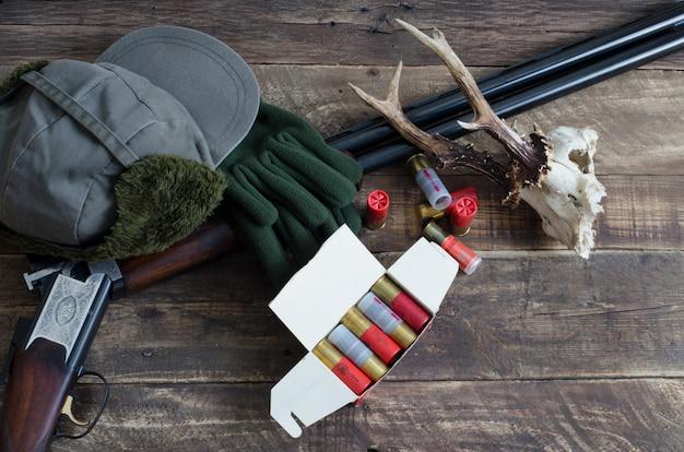 Gegenstände für die jagd mit hirschschädel. draufsicht.