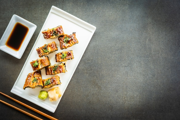 Gegrillte aal- oder unagi-fisch-sushi-maki-rolle mit süßer soße