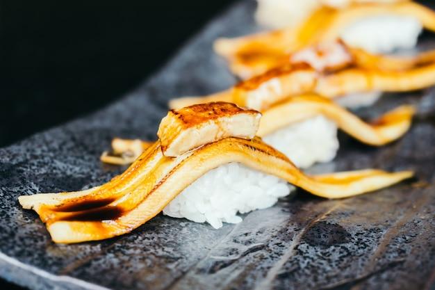 Gegrillte aalfischsushi mit fettleber auf der oberseite