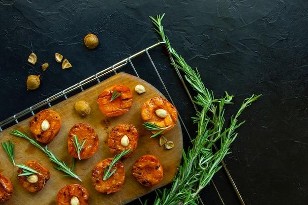 Gegrillte aprikosen mit körnern und thymian.