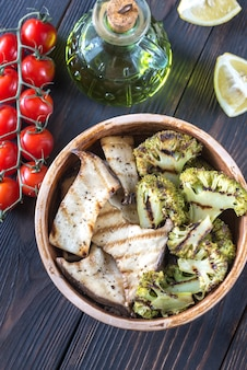 Gegrillte austernpilze mit brokkoli