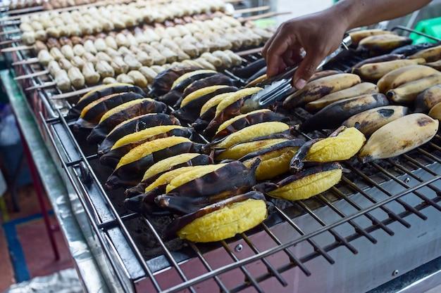 Gegrillte banane, kultivierte bananenfrucht auf einem heißen holzkohlegrill