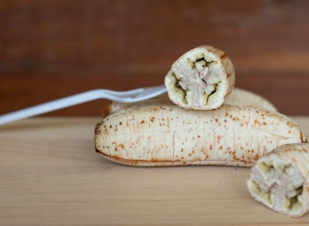 Gegrillte bananen für die herstellung von bananen mit sirup dessert