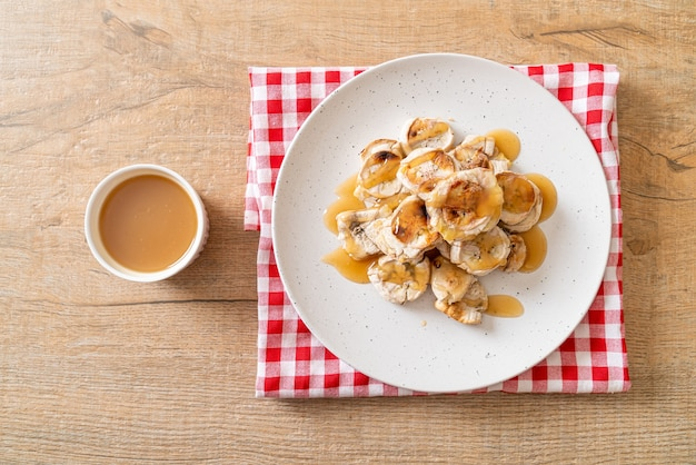 Gegrillte bananenscheiben mit karamellsauce
