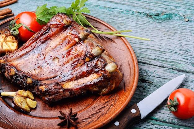 Gegrillte barbecue-schweinerippchen