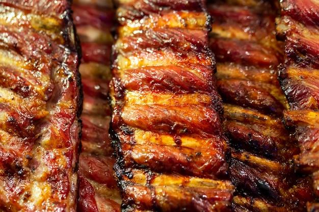 Gegrillte bbq schweinerippchen auf dem grill