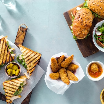 Gegrillte draufsicht der sandwichnuggetsalatsoße