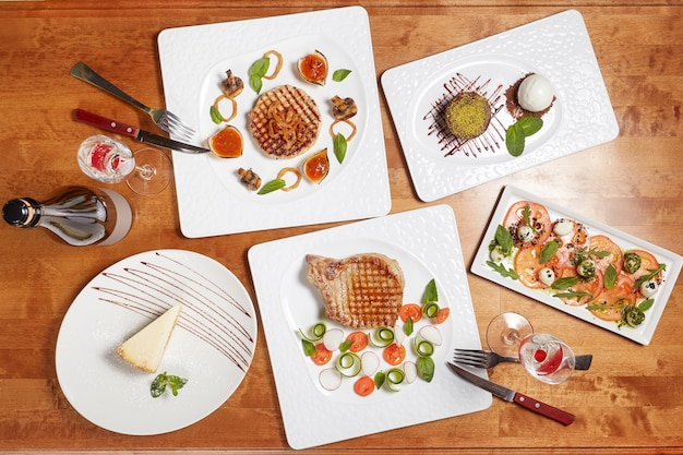 Gegrillte filetsteaks mit gemüse und caprese-salat
