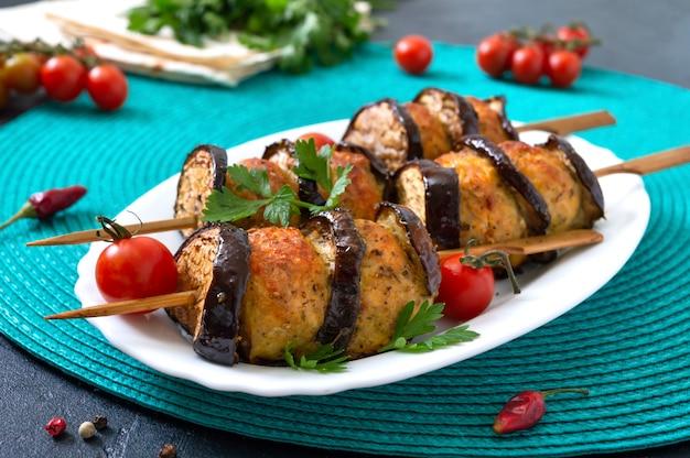 Gegrillte fleischbällchen mit auberginen am spieß