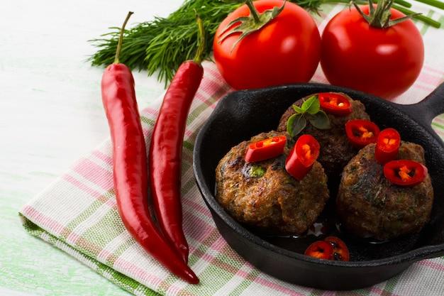 Gegrillte fleischbällchen mit chili