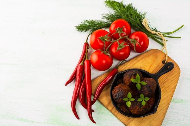 Gegrillte fleischbällchen mit frischem gemüse