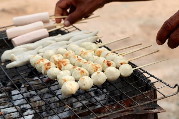 Gegrillte fleischklöschen am straßenlebensmittel