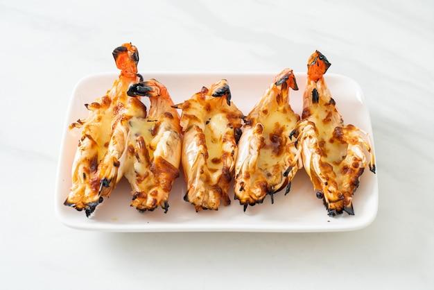 Gegrillte flussgarnelen oder shrimps mit käse nach meeresfrüchte-art