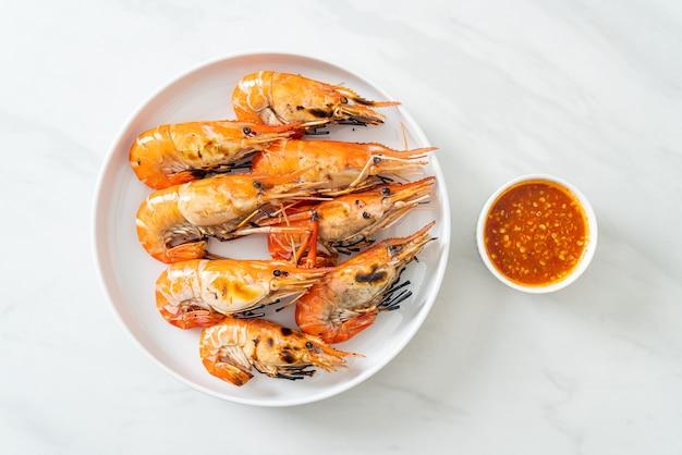 Gegrillte flussgarnelen oder shrimps nach meeresfrüchte-art