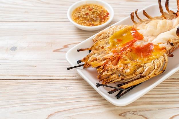 Gegrillte frische riesengarnele mit würziger meeresfrüchte-dip