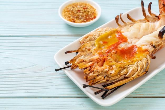 Gegrillte frische riesengarnelen mit würziger meeresfrüchte-dip-sauce