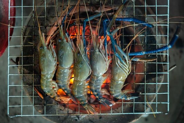 Gegrillte garnele (riesige frischwassergarnele) am markt
