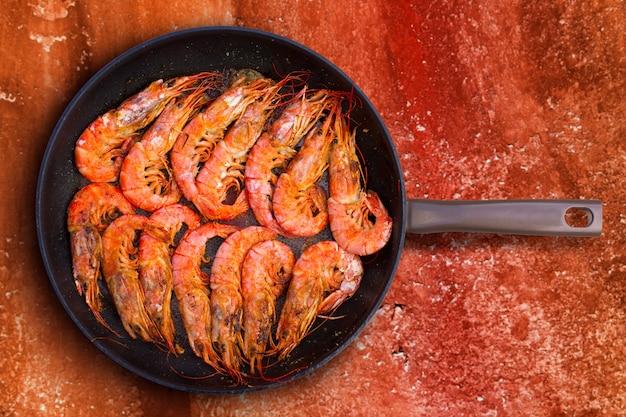 Gegrillte garnelenmeeresfrüchte in runder pfanne