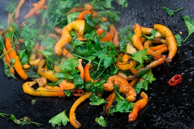 Gegrillte gebratene paprika auf einer heißen pfanne