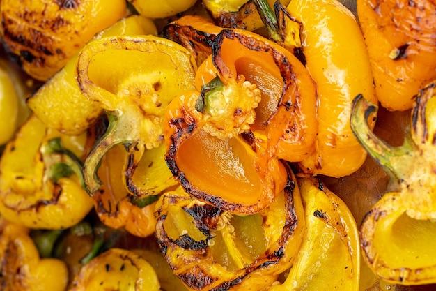 Gegrillte gelbe paprika. hintergrund von gegrilltem gemüse.