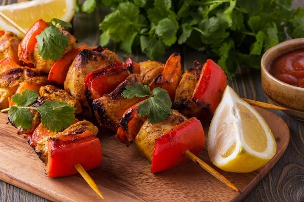 Gegrillte hähnchen-gemüse-kebabs.